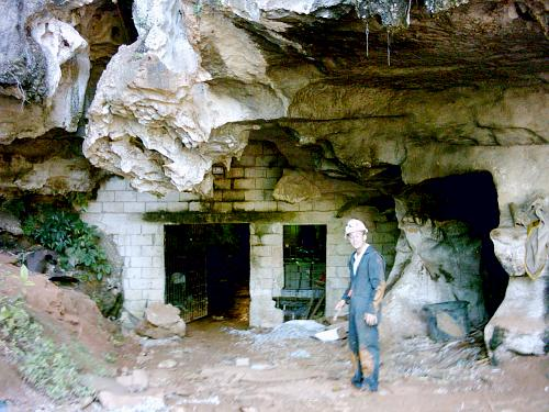 Dietrich Roggy at the main entrance of Nodewood Cave 2
